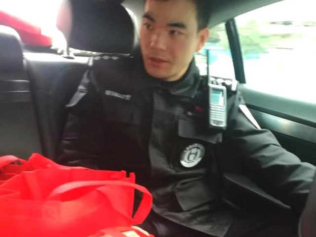 特警在車上看管著幾袋「環保袋」。 網圖