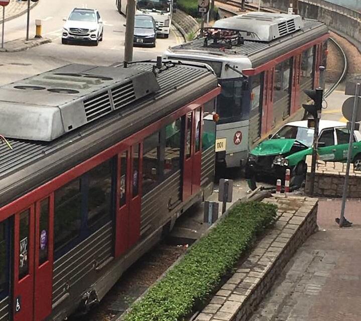 天水圍有輕鐵的士相撞。網民Kit Lung Yan圖片