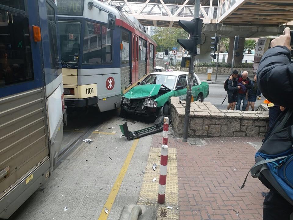 天水圍有輕鐵的士相撞。網民Vincent Wong圖片