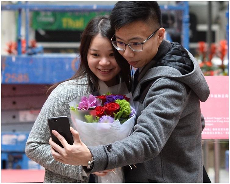 情人節由男友送上一束鮮花冧爆。