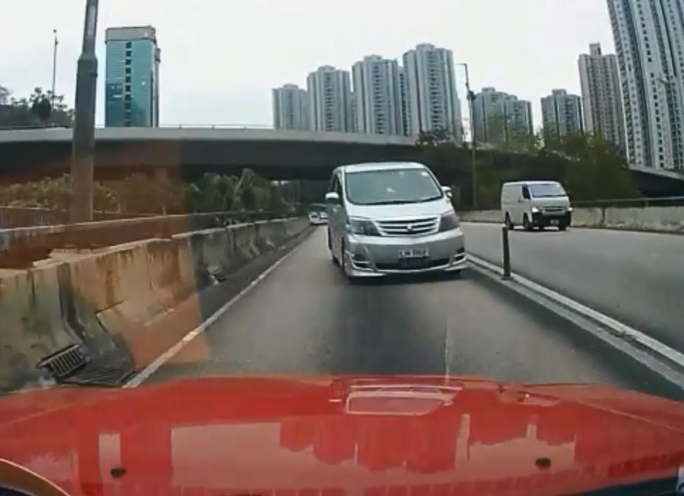 荃灣德士古道天橋出現逆綫行車。網上圖片