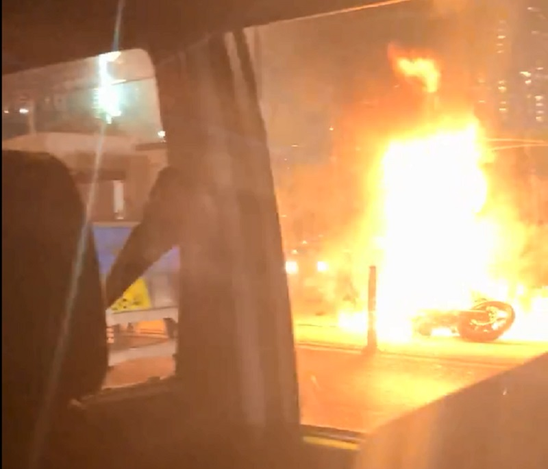 電單車陷入火海。突發事故報料區