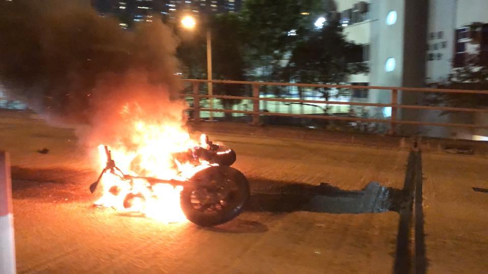 電單車陷入火海。網民鄭日燊圖片