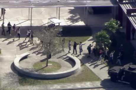 槍手今天在美國佛羅里達州一所中學開槍,造成多人死傷。AP