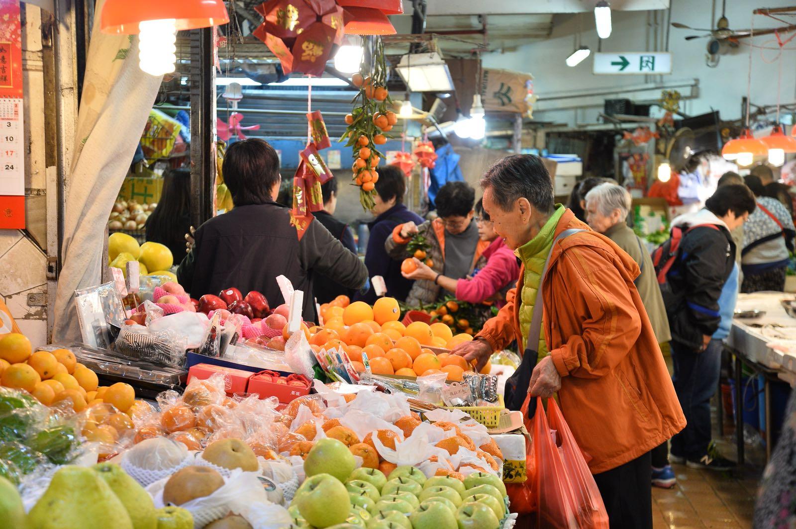 市民一早到街市買菜,準備今晚的團年飯。