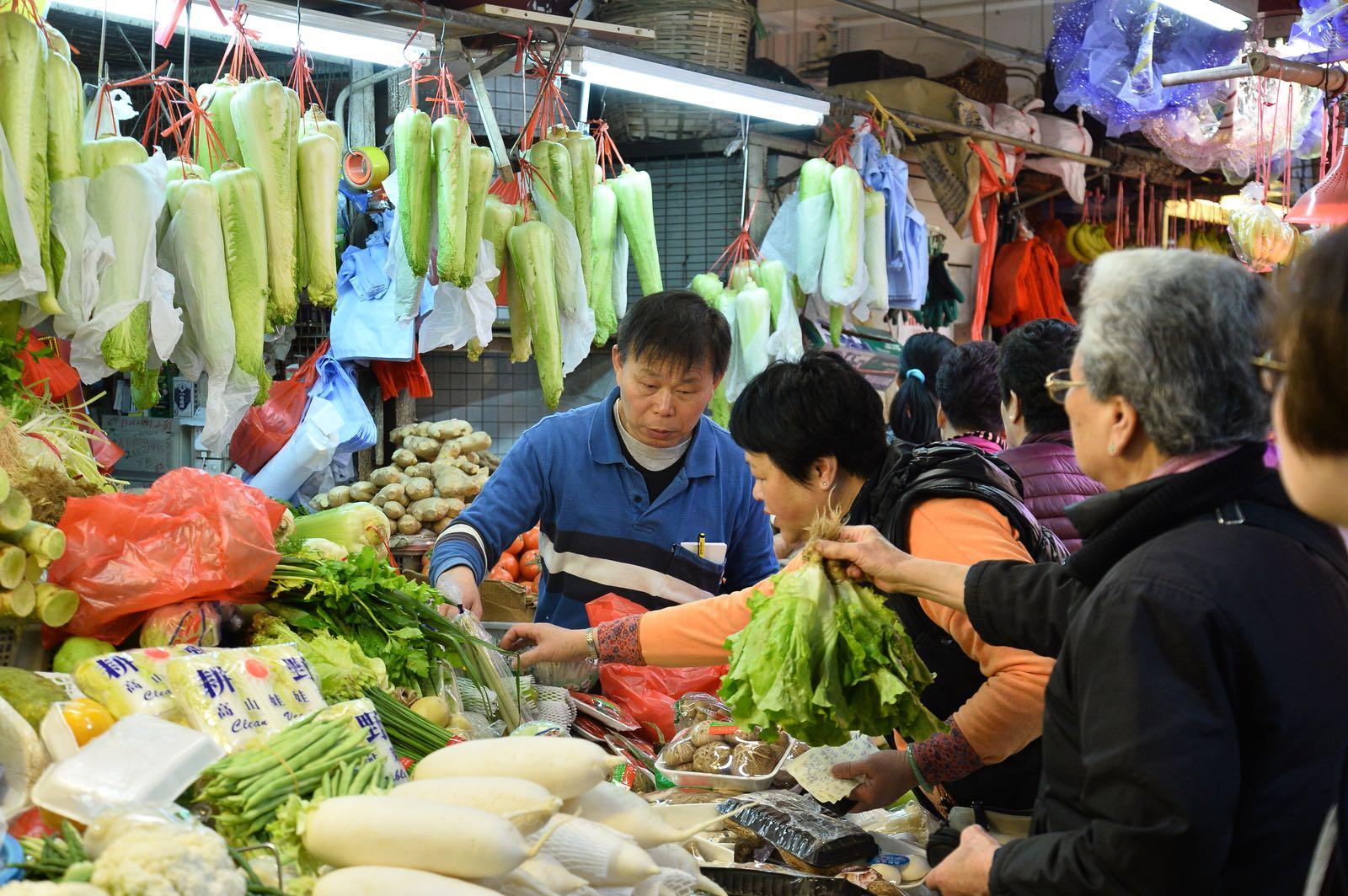 菜販指受內地不穩定天氣影響,售價會隨來貨價上升而加價。