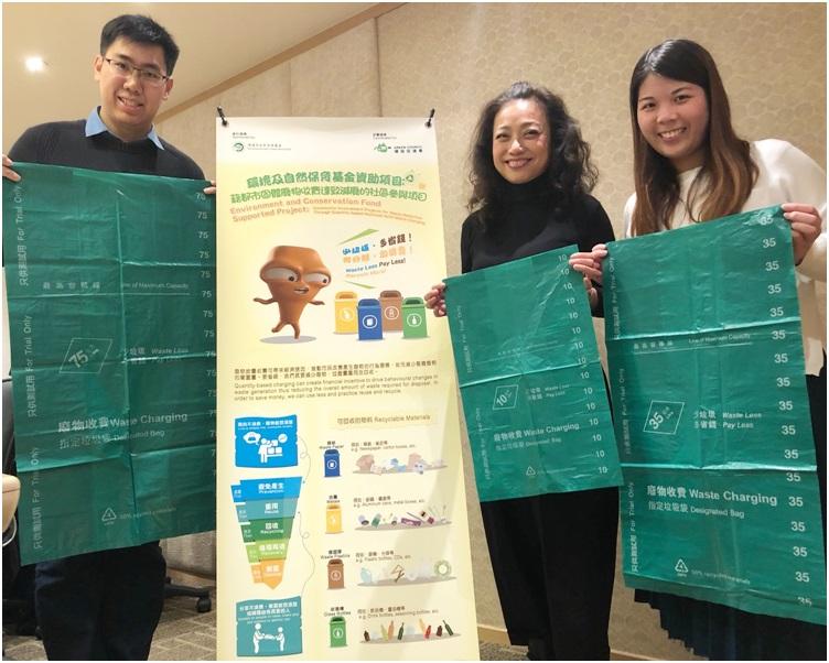 何惠萍(右二)指近五成棄置垃圾為金屬。