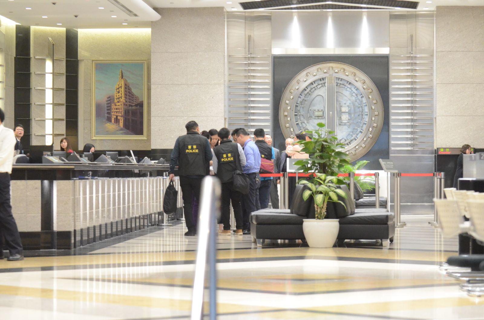 警員封鎖東亞銀行總行調查。李子平攝