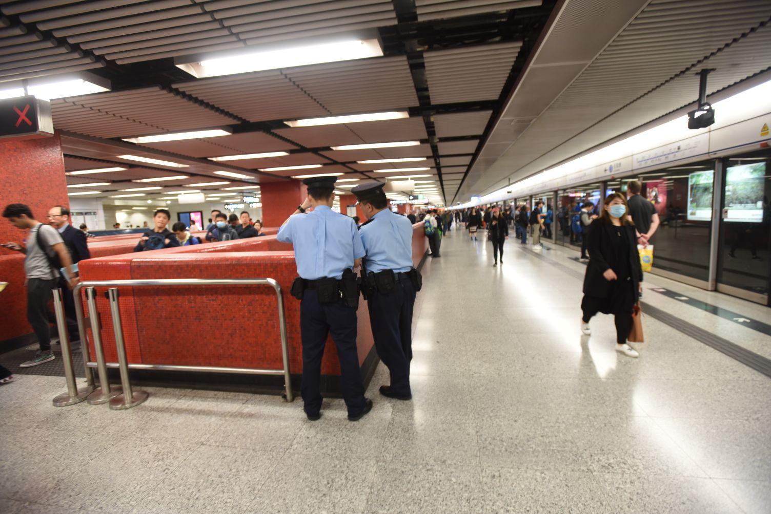 大批警員到中環站調查。徐裕民攝
