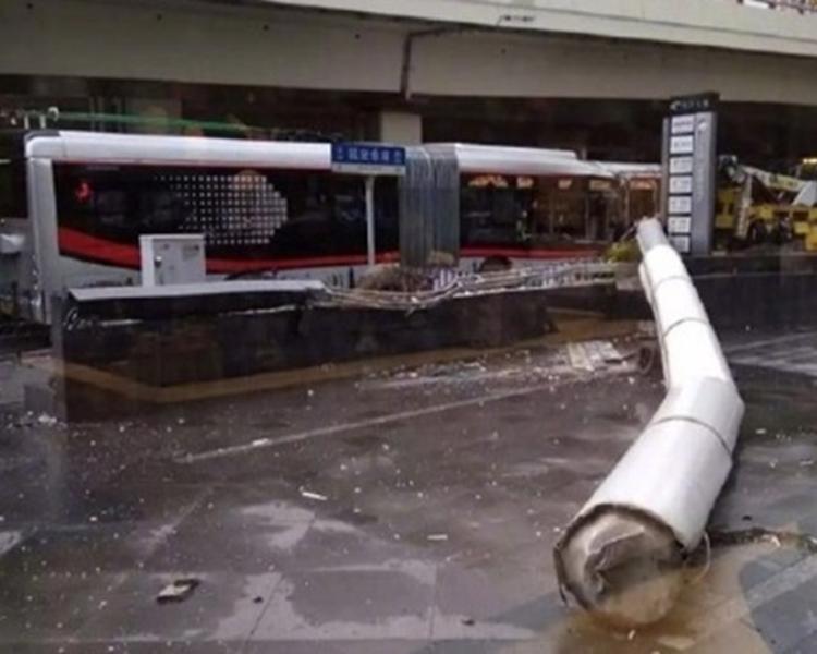 招牌砸中巴士車身,導致車身損毀嚴重。網圖