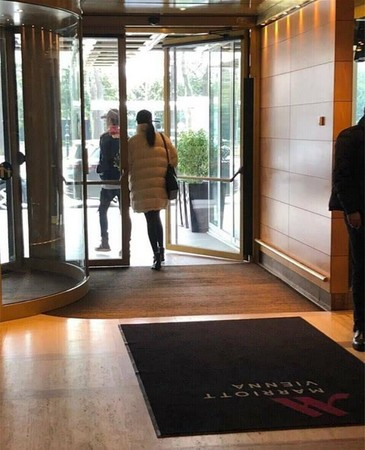 鹿晗同關曉彤一齊在酒店外出