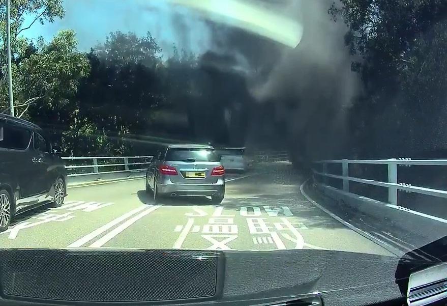 汽車黑煙中行駛。網民Albert Wong 圖片