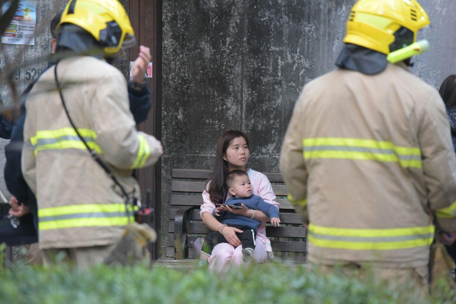 火警中居民自行疏散。黃文威攝
