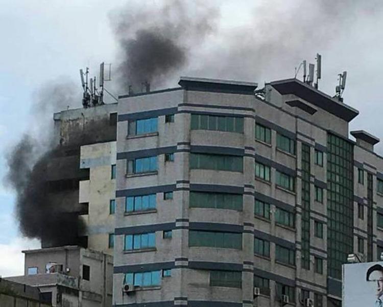 三博飯店4樓冒出大量濃煙。網圖