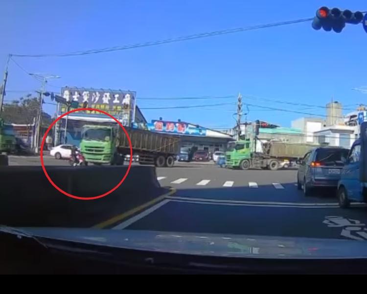 女司機躲過一劫。片段截圖