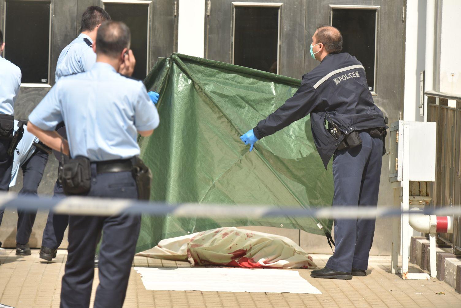 屍體用帳篷覆蓋。楊偉亨攝