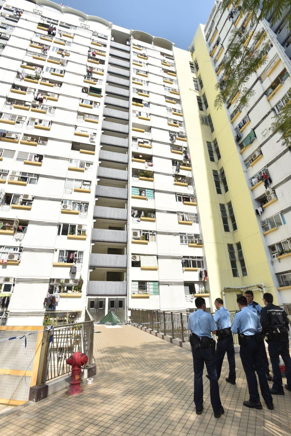 初步調查顯示,男子從12樓墮下,還遺下一對拖鞋。楊偉亨攝