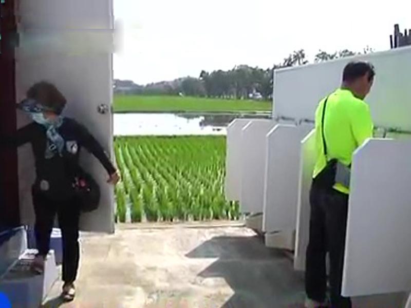 公廁僅以疏落的竹籬圍起,且男女廁中間未有分隔。(網圖)