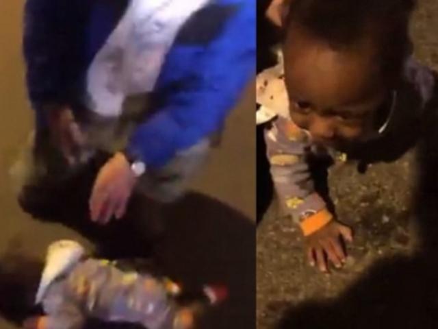 9個月大的男嬰獨自在道路上爬來爬去,途人指當時不見其母親。 網圖