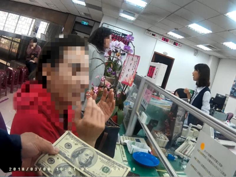 女侍應陳女士(左)5年前收了客人給的2張百元美鈔,日前拿到銀行兌換才知是偽鈔,被警方帶回派出所。(網圖)