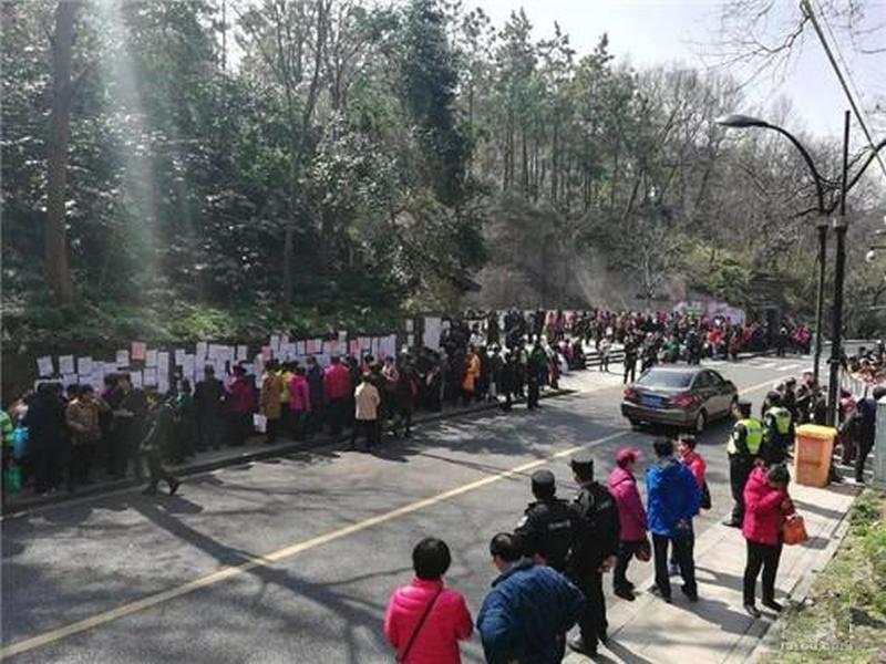 「相親角」擠滿數百名為子女尋覓對象的老人。(網圖)