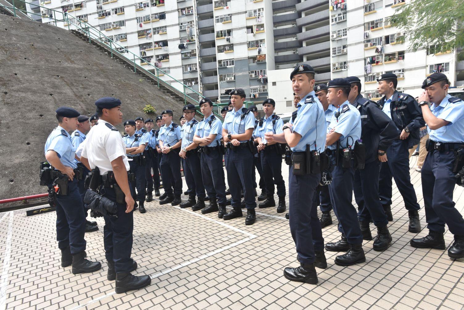 數十名警員增援調查。楊偉亨攝