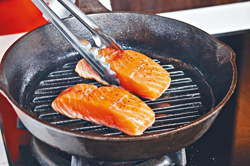 三文魚含維他命D,有助調節人體免疫系統。