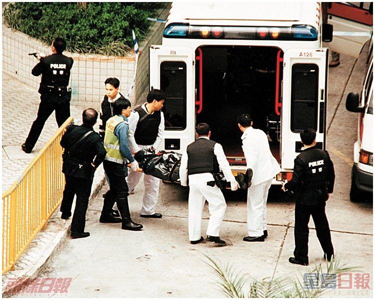 梁成恩由同僚擎槍護送登救護車。資料圖片