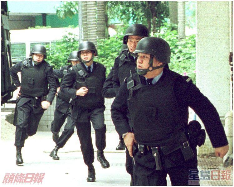 全副重裝備警員飛奔到場增援。資料圖片