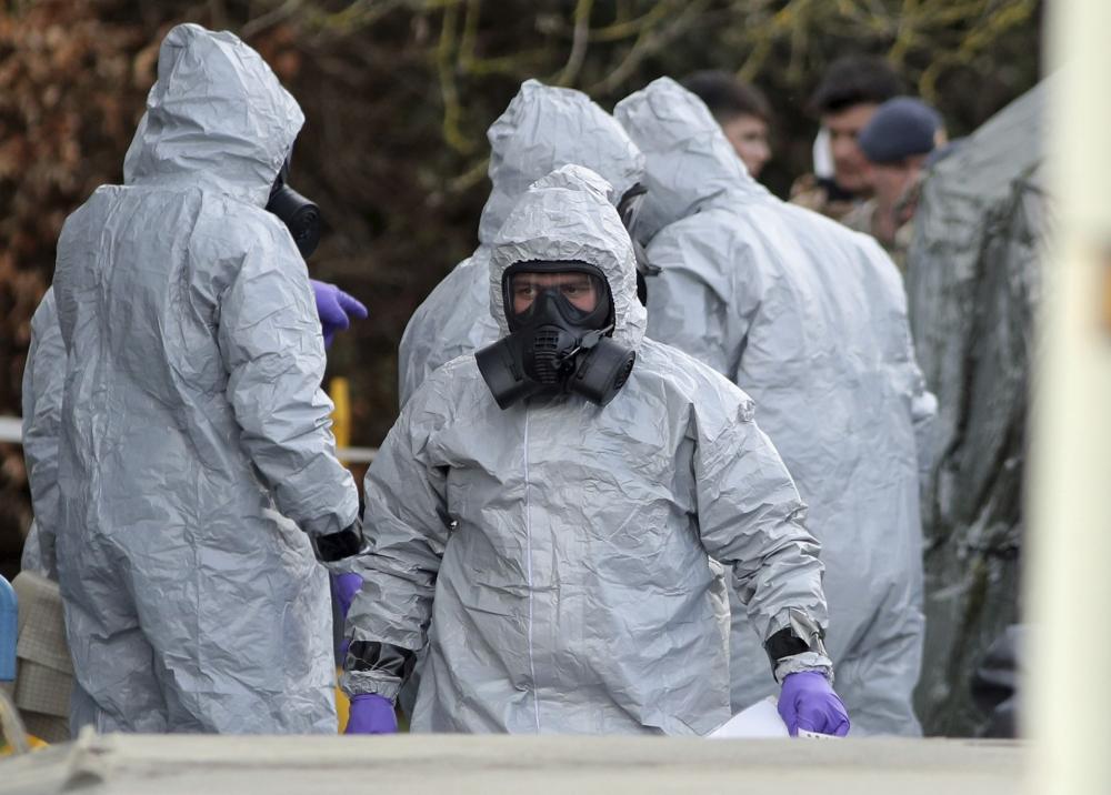 調查人員身穿保護衣物以免沾染神經毒劑。AP圖片