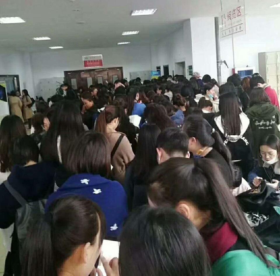 大學圖書館有過千學生排隊搶奪租用儲物櫃。網上圖片