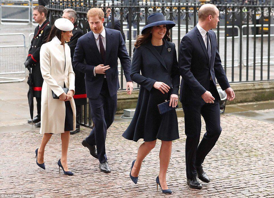 梅根和凱特看似穿上同一款鞋。網上圖片