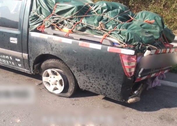 浙江貨車爆胎6萬枚硬幣四散。網上圖片