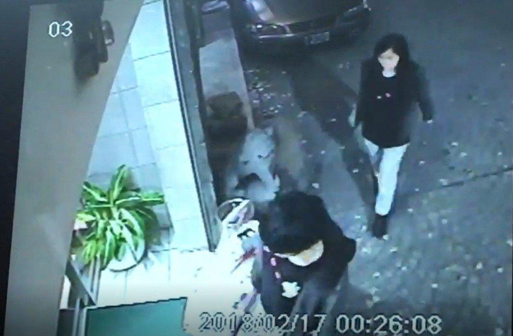 陳拖著一個粉紅色的行李篋進入旅社,潘則跟隨在身後。