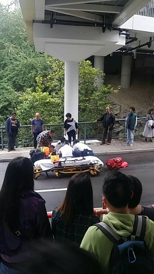 救護員到場後男童甦醒。網民Jor Lam攝