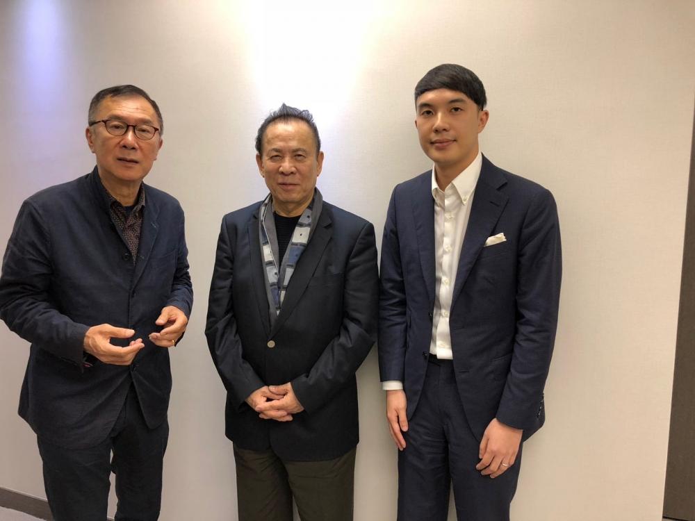 日本彈珠機大王岡田和生(中)、資深大狀清洪(左)及律師陳廷謙(右)。