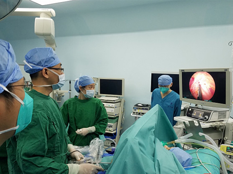 醫生們為小敏進行左心交感神經切除術。(網圖)