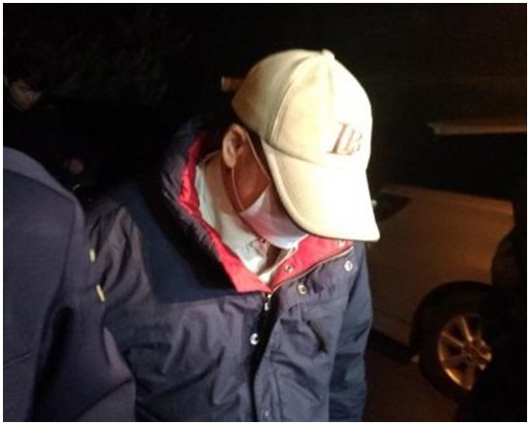 潘曉穎父親由警方陪同下凌晨趕到殯儀館。