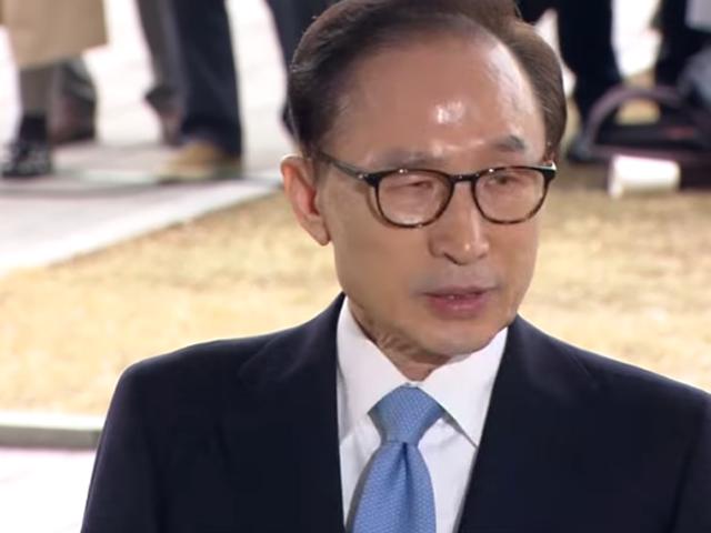 南韓前總統李明博涉嫌受賄到首爾地方檢察廳接受問話。 網圖