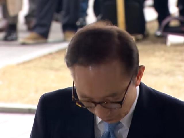李明博步入檢察廳前向國民道歉。 網圖