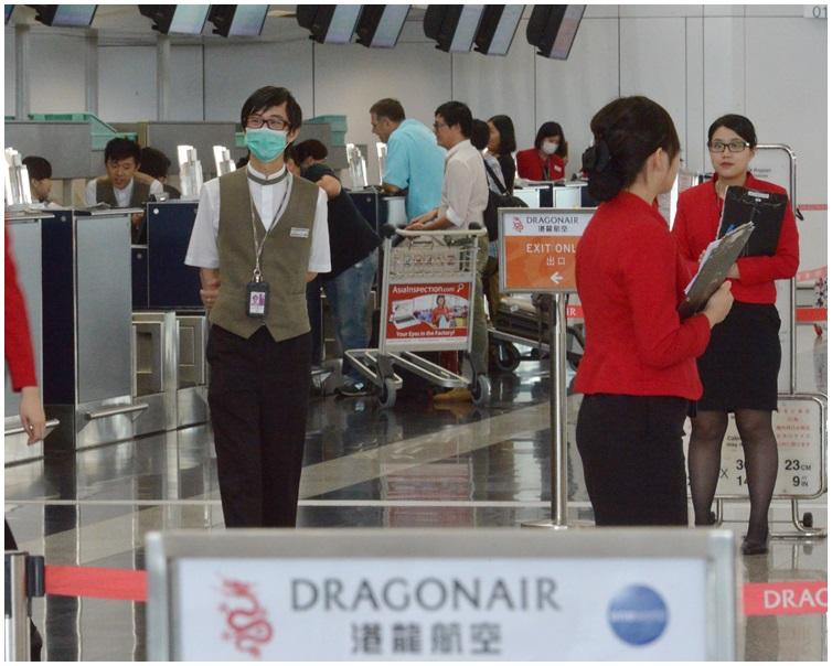 麥寶玲指空姐制服裙剪裁貼身站高擺放行李容易「走光」。