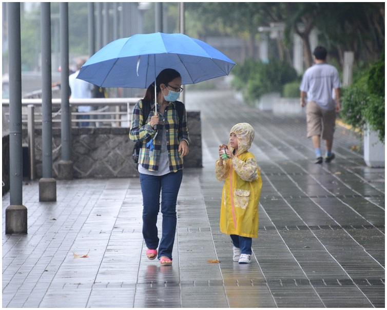明日會有雷雨出門記得帶遮。