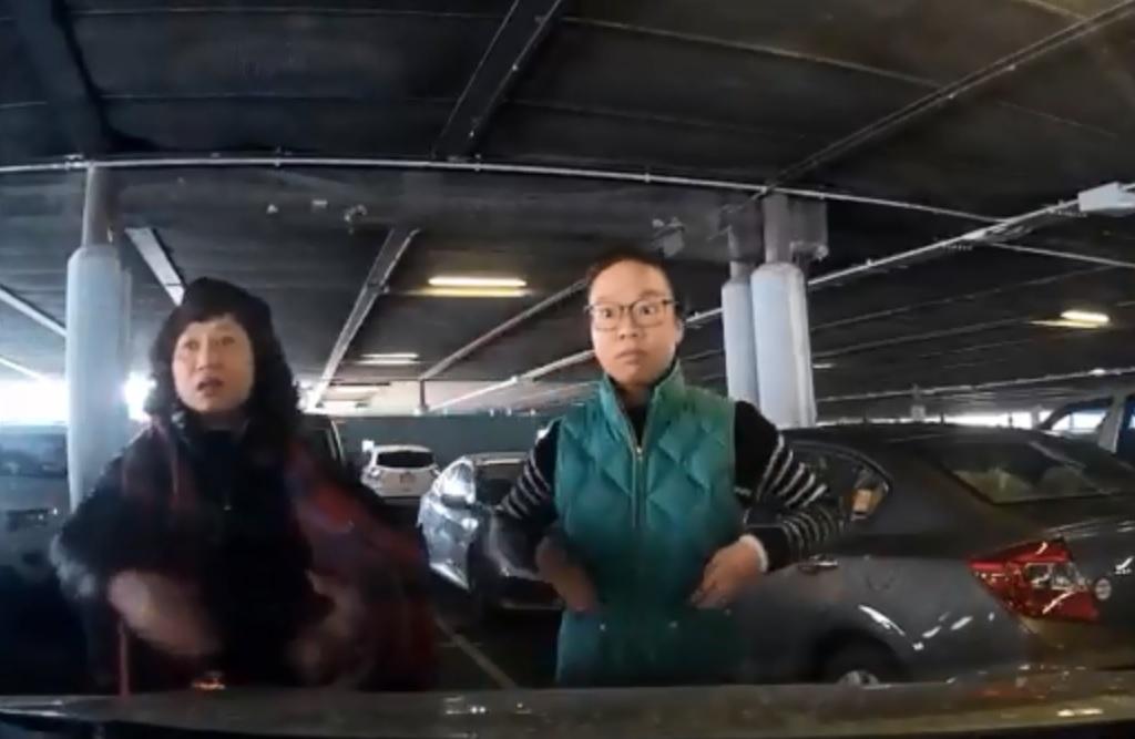 兩名華婦堅持不肯離開,其中一人更指罵司機野蠻。影片截圖