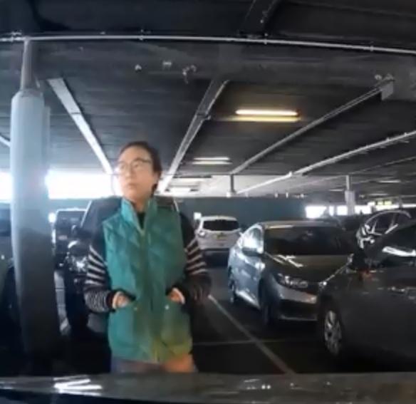 華女站在車位前「人肉霸位」,多次強調是她先找到車位,叫司機離開。影片截圖