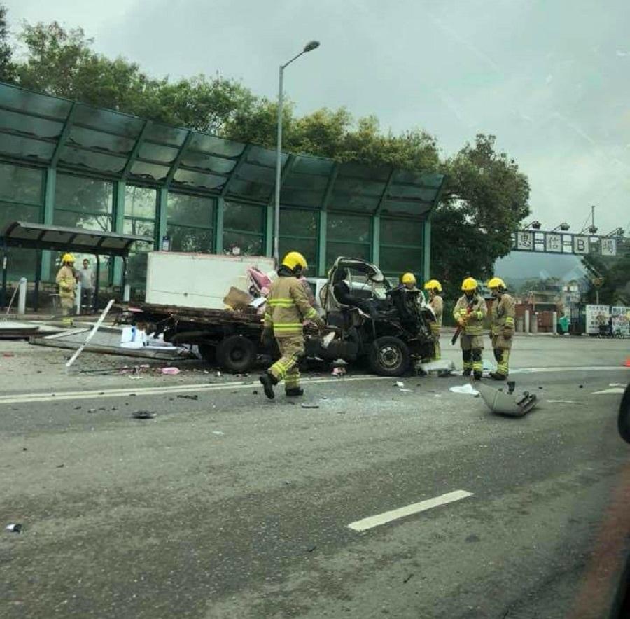 貨車與拖架相撞。網民熊勵衡圖片