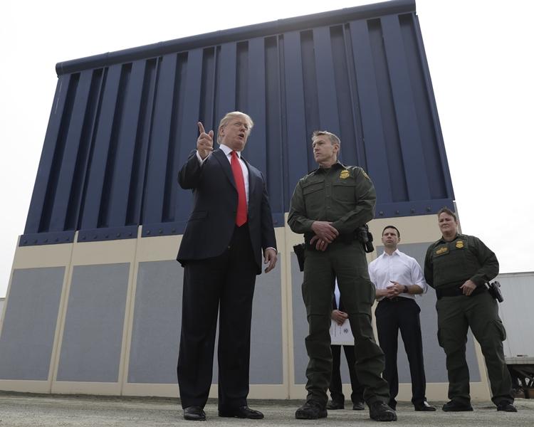 特朗普建議在美、墨邊界沿線興建一道石屎圍牆。AP