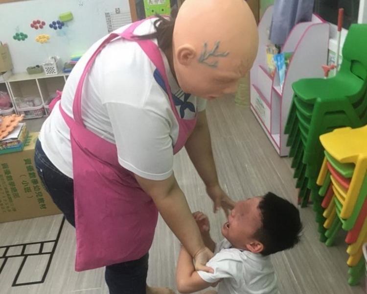 幼兒園涉戴恐怖面具嚇幼童。網圖
