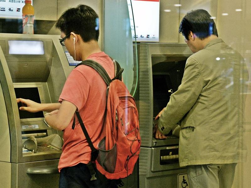 警方指疑犯的目標是於銀行提取大量現金的市民。資料圖片