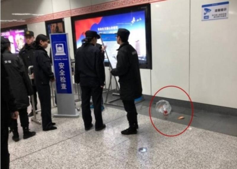 鄭州男子帶金魚坐地鐵,安檢人員以不能攜帶寵物為由攔下他。(網圖)
