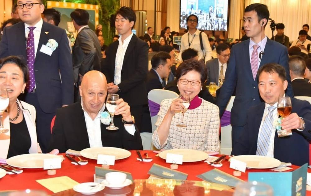 林鄭月娥(右二)在民主黨晚宴上捐錢,又形容是大和解。資料圖片
